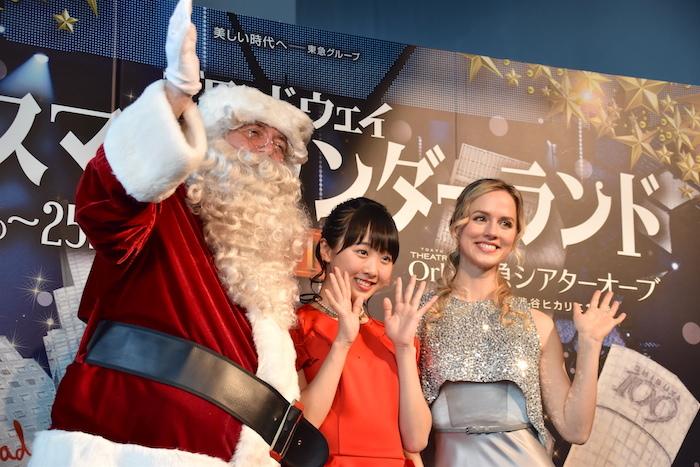『ブロードウェイ クリスマス・ワンダーランド』のイベントに参加したナタリー・エモンズ、本田望結、サンタ・クロース(右から)