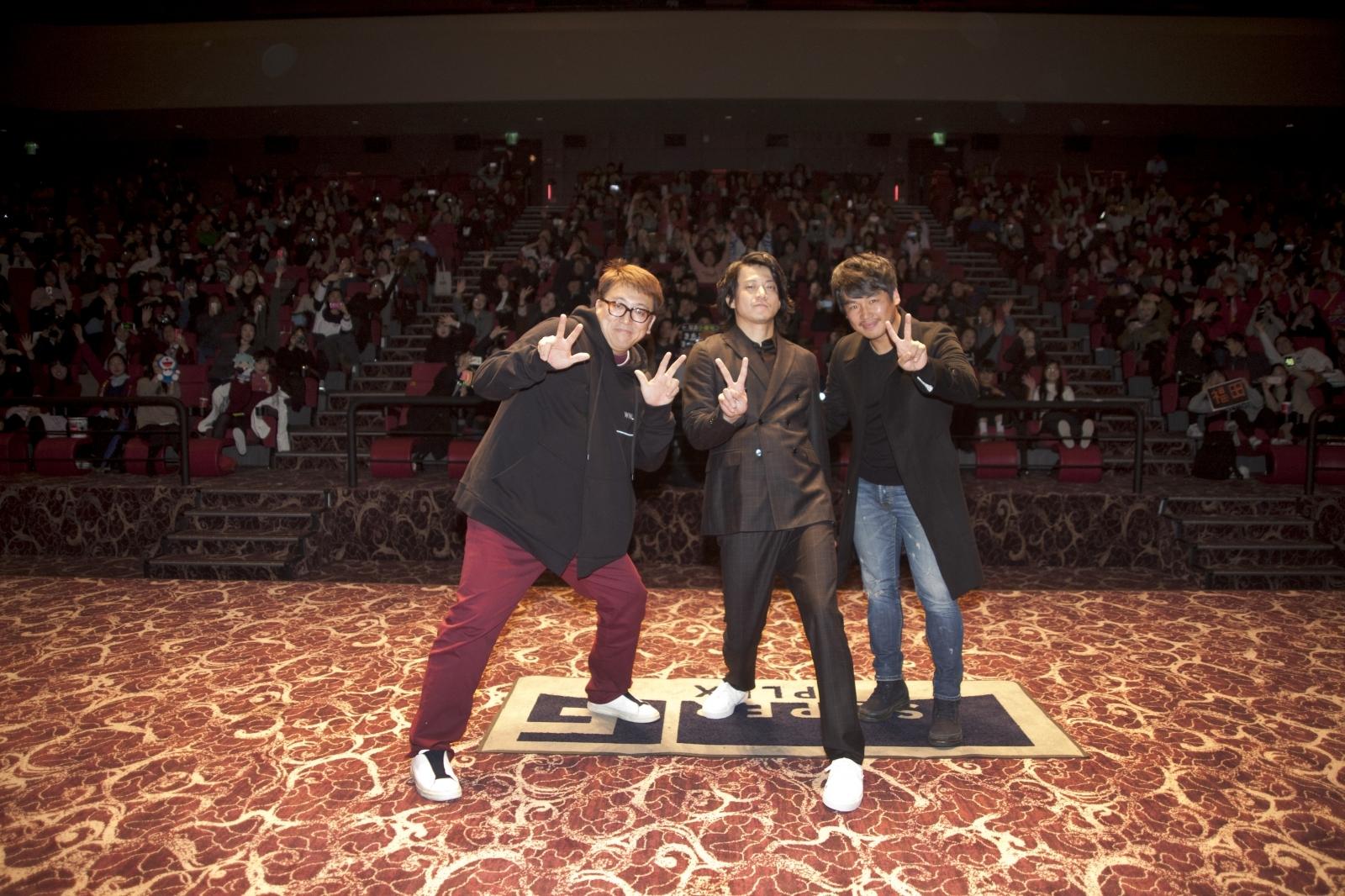 左から、福田雄一監督、小栗旬、チャン・ジェウク氏
