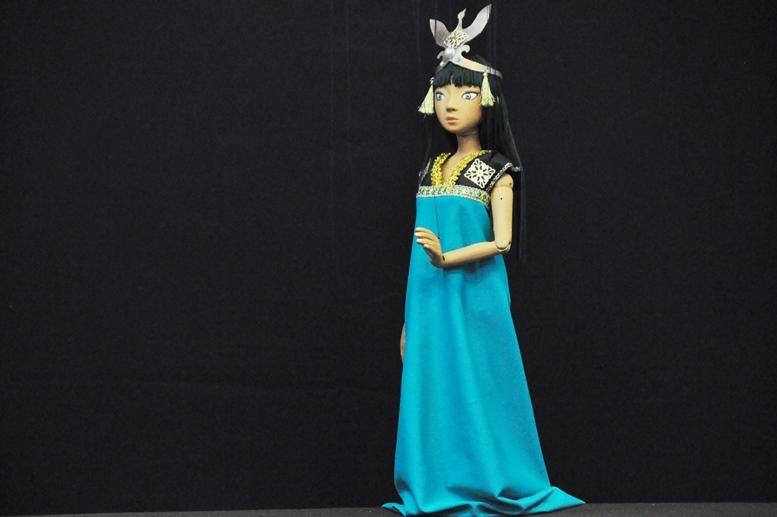 『高丘親王航海記』パタリヤ・パタタ姫の人形。ちなみにこの王冠の素材の大半が、100円ショップで購入したものだそう。