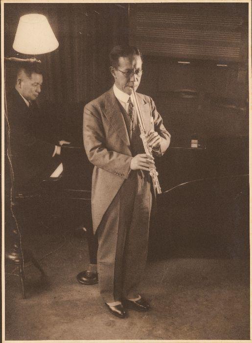 オークラウロを演奏する大倉喜七郎男爵。ピアノ伴奏は伊庭孝(1936年)