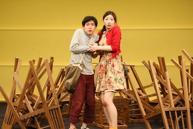「グレーテルとヘンゼル」稽古場写真(左から小日向星一、土居志央梨) 撮影:宮川舞子