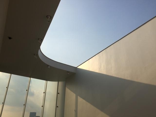 最上階は開放感ある吹き抜けのスペースが魅力。