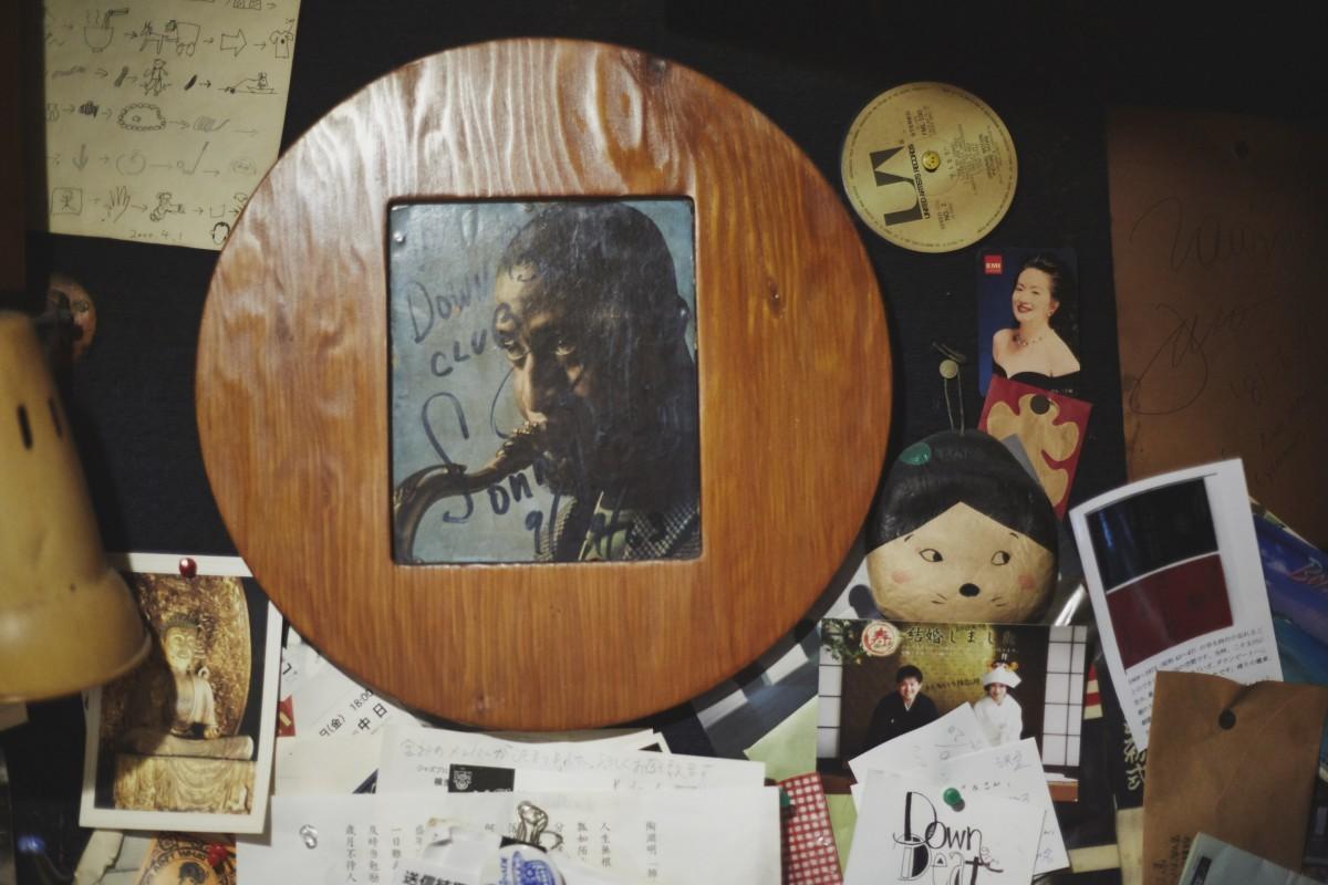 壁に飾られたソニー・ロリンズの直筆サイン。1963/9/29の日付が歴史を物語る。