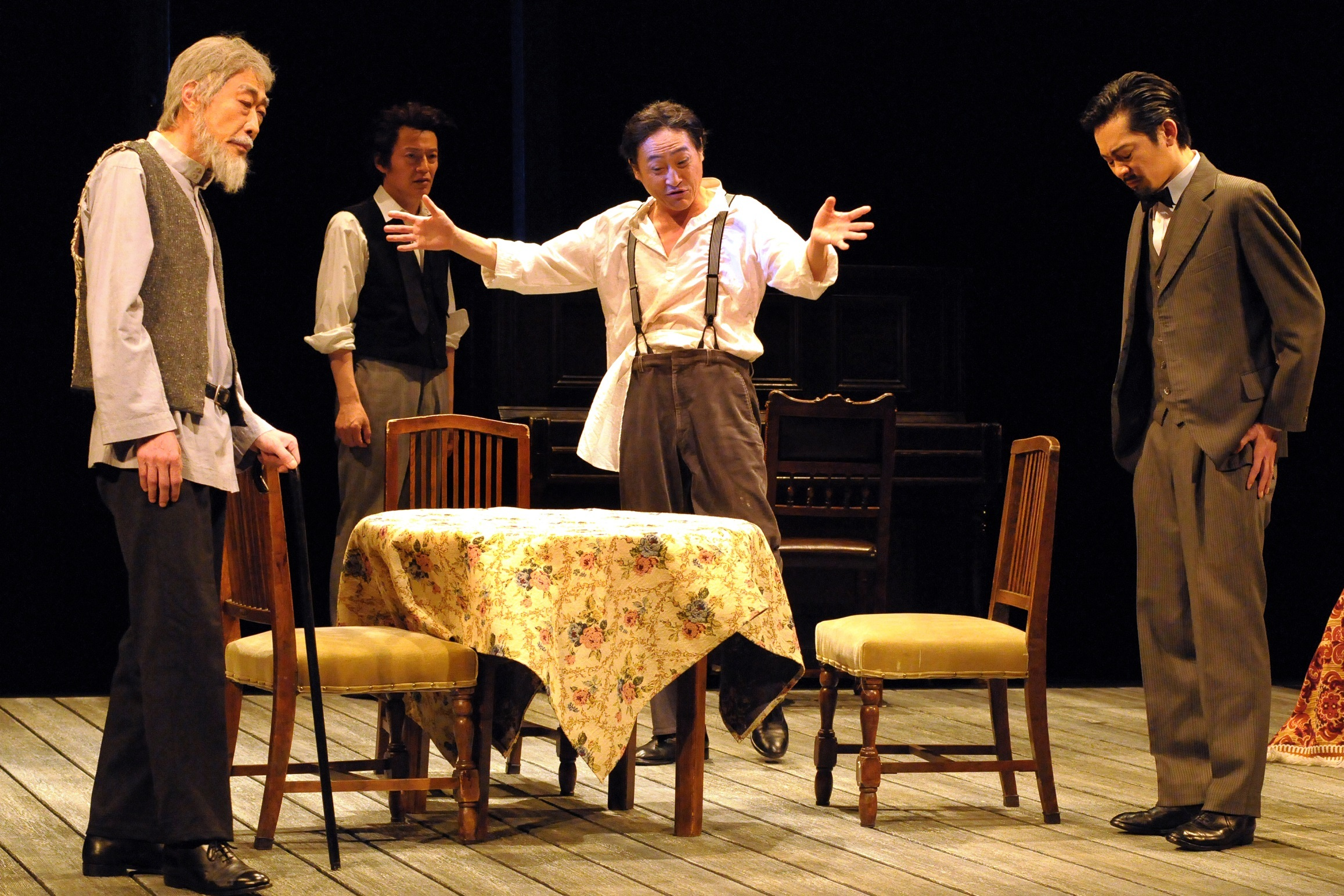 青年座公演『わが兄の弟』チェホフ家の居間。左端が、父親のパーヴェル(山本龍二)とチェーホフ三兄弟。 撮影/坂本正郁