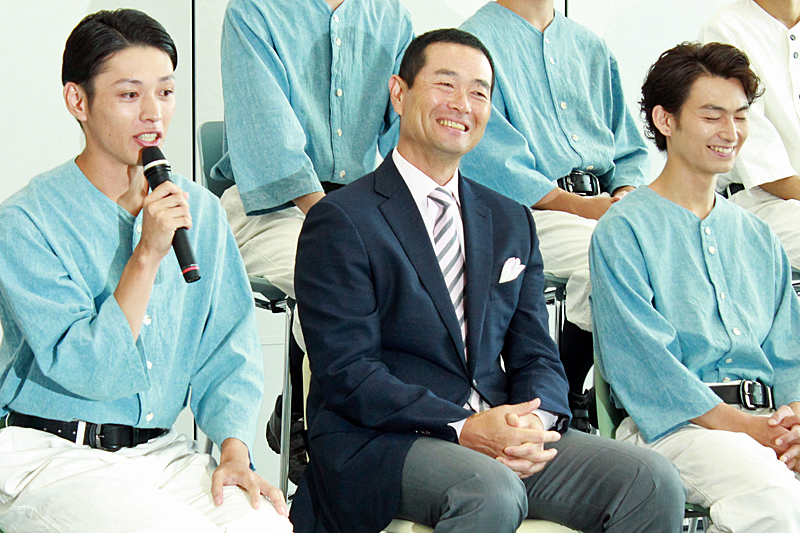 穂積均 役 安西慎太郎(左)