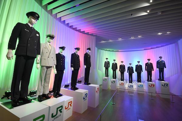 手前が新幹線車掌の制服、奥が現行の社員制服