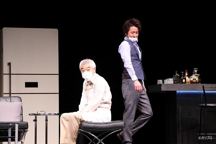 左より)柄本明、 藤原竜也 感染症対策として一部舞台稽古はマスク着用で行われた  (C)ホリプロ