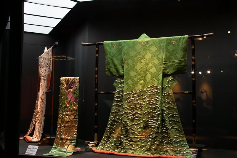 左:《小袖 萌黄紋縮緬地雪持竹雀模様 天璋院篤姫所用》德川記念財団