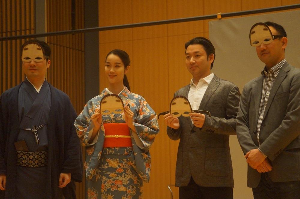 能面型3Dメガネをつけた出演者。左から川口晃平、花柳まり草、坂口貴信、谷本健吾