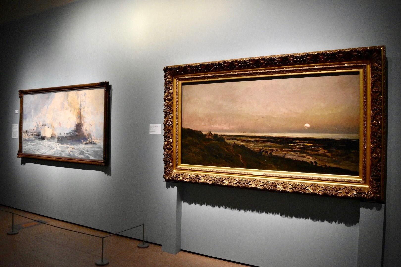 右:シャルル=フランソワ・ドービニー 《ヴィレールヴィルの海岸、日没》 1870年 株式会社三井住友銀行蔵、左奥:ウジェーヌ=ルイ・ジロー 《裕仁殿下のル・アーヴル港到着》 1921-1922年 国立西洋美術館蔵