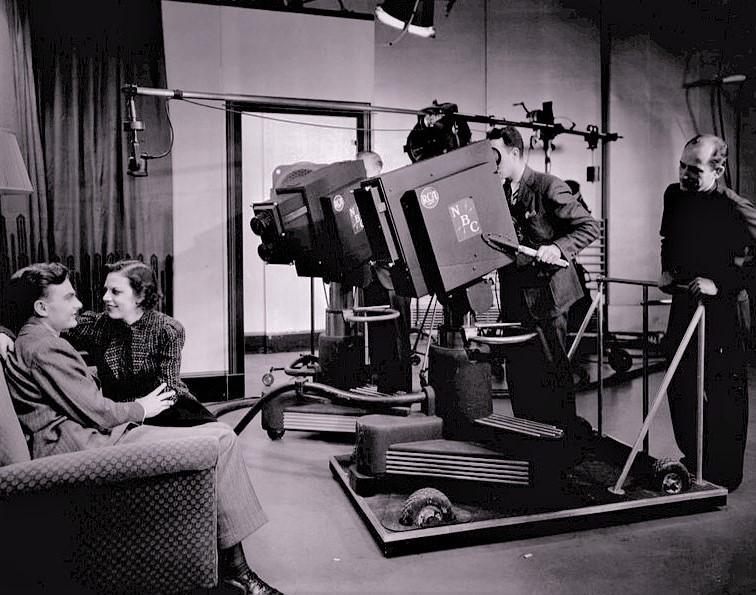 本放送を開始する前に、試験放送を行っていたNBCのスタジオ(1938年頃)。左端は、俳優のエディ・アルバート(映画『ローマの休日』のカメラマン)。