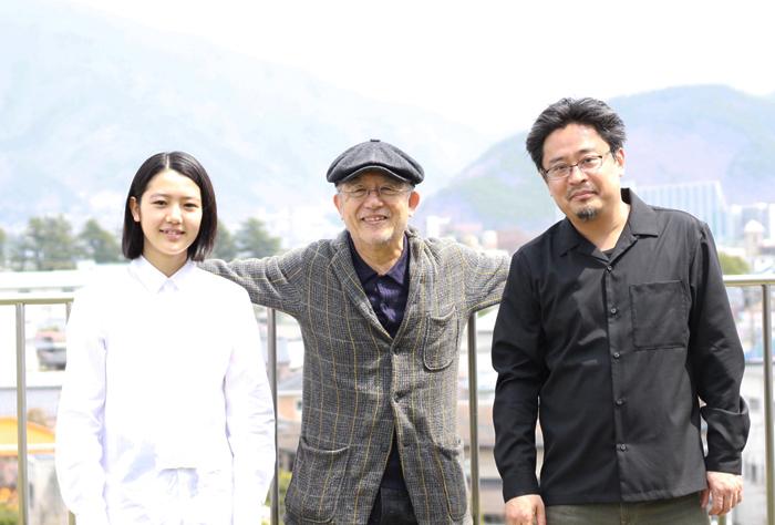 (左から)湯川ひな、串田和美、松村武