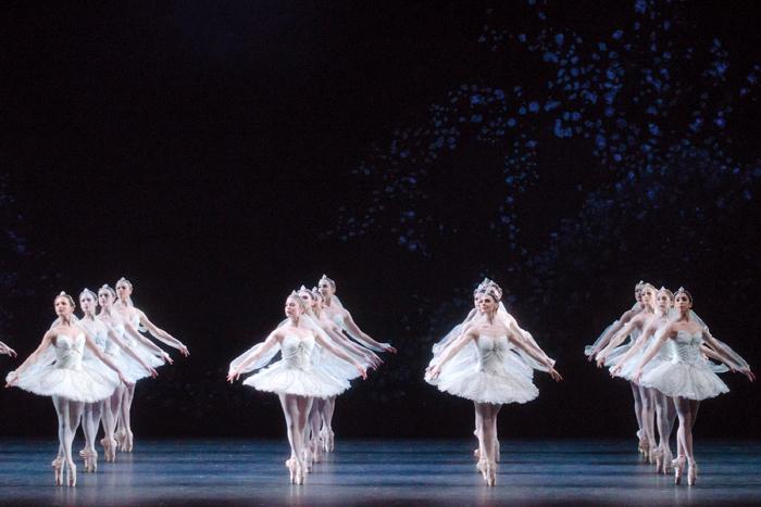 「ラ・バヤデール」. Artists of The Royal Ballet in the 'Kingdom of the Shades' scene.