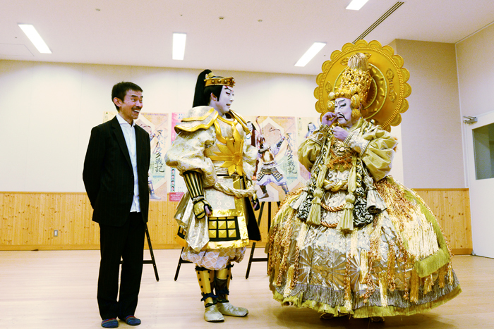 宮城、菊之助、「のりで貼りつけたら固まっちゃって」とヒゲを気にする菊五郎