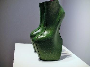 レディー・ガガの靴に秘められた日本文化の過去と未来 『舘鼻則孝 リ・シンク』展をレポート