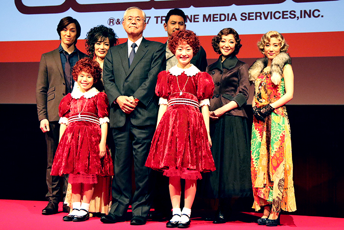 2017年版『アニー』製作発表で阿部豊太郎・丸美屋食品工業株式会社代表取締役社長を囲む出演者たち