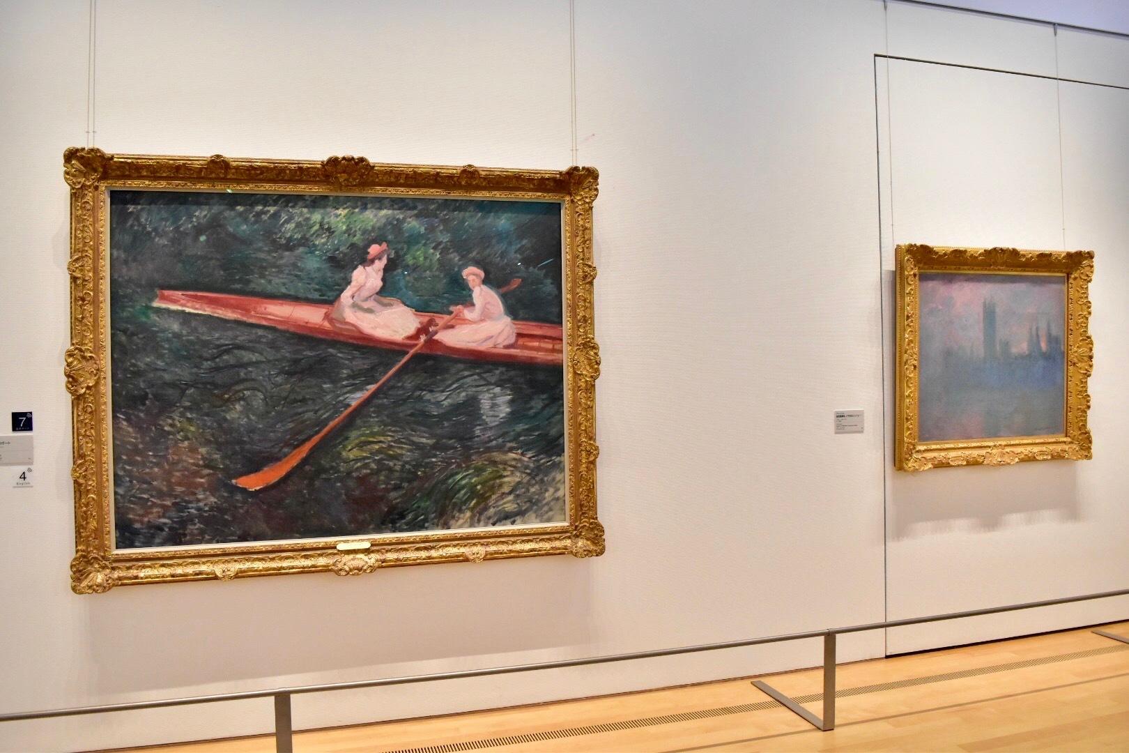 左:クロード・モネ 《バラ色のボート》1890年 ポーラ美術館 右:クロード・モネ 《国会議事堂、バラ色のシンフォニー》1900年 ポーラ美術館