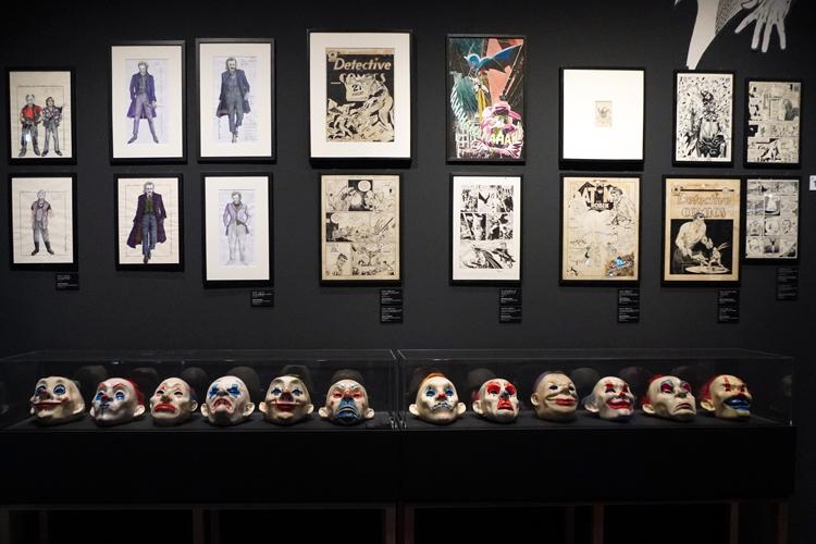 ジョーカー関連のコーナーで、ケースに並ぶのは映画『ダークナイト』シリーズ3部作でヒース・レジャーが着けたクラウンマスク。 DC SUPER HEROES and all related characters and elements (C) & TM DC Comics. WB SHIELD: (C) & TM WBEI. (s21)