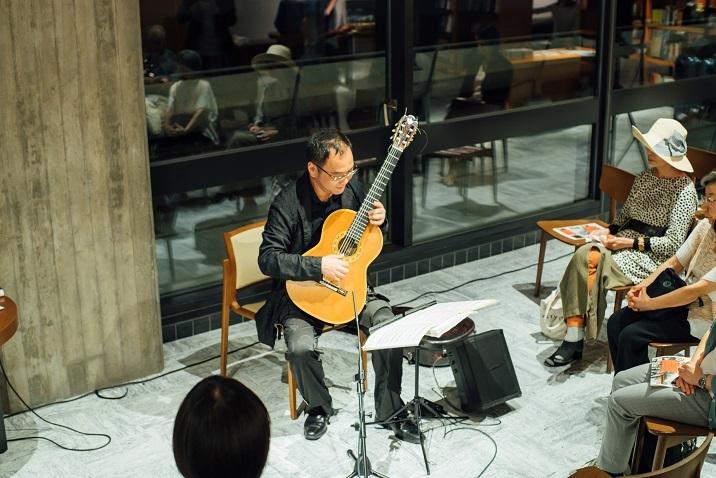 楽しそうに武満徹編曲のビートルズを演奏する鈴木大介 (C)山本康平