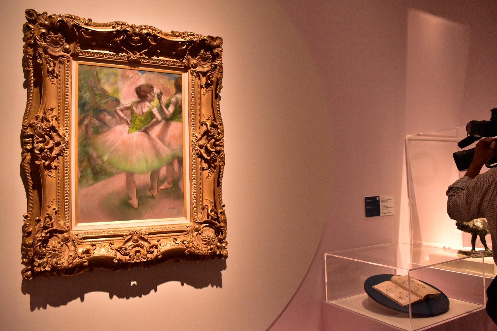 エドガー・ドガ《踊り子たち、ピンクと緑》1894年 吉野石膏株式会社(山形美術館寄託)