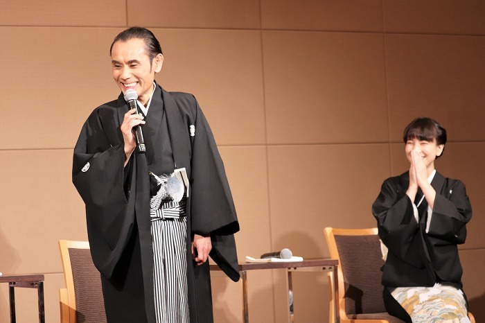 片岡さんの言葉に恥ずかしそうに顔を隠して笑う鈴木さん