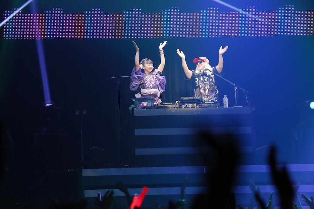 左から、DJ小宮有紗、DJ KOO