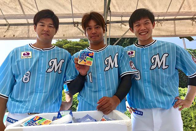 マリーンズの選手が中学生以下の子どもに、ロッテのアイス「爽 バニラ」を配布する