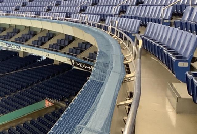 飛沫が1階スタンドへ落ちないよう、「透明のひさし」を2階スタンド最前部に設置する ※画像はイメージ