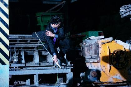 トルネード忍者・岩永ジョーイがスーツ姿で飛ぶ、回る、蹴る! 映画『レッド・ブレイド』アクションクリップを公開