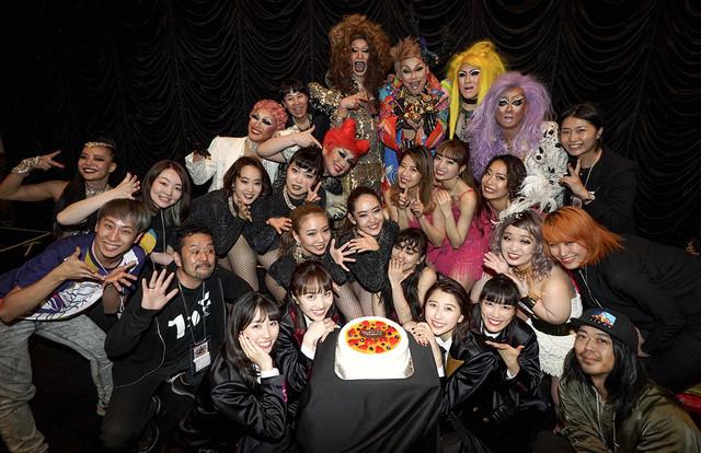 「5th ALBUM『MOMOIRO CLOVER Z』SHOW at 東京キネマ倶楽部」の出演者、スタッフと集合写真を撮るももいろクローバーZ。(写真提供:キングレコード)