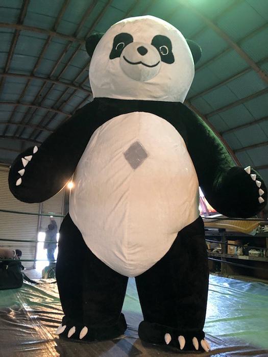 身長だけでも人間の3倍はありそうなアンドレザ・ジャイアントパンダ