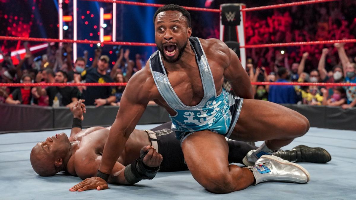 ラシュリーから3カウントを奪ったビッグE ©2021 WWE, Inc. All Rights Reserved