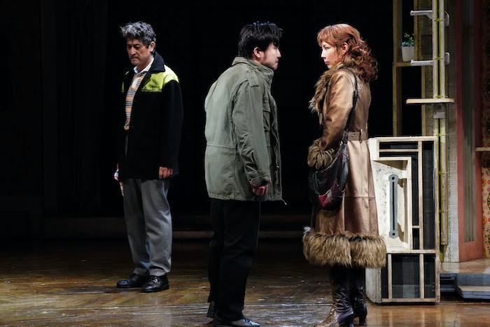 『ビリー・エリオット』舞台写真。左:橋本さとし、中央:中井智彦、右:柚希礼音(撮影:田中亜紀)
