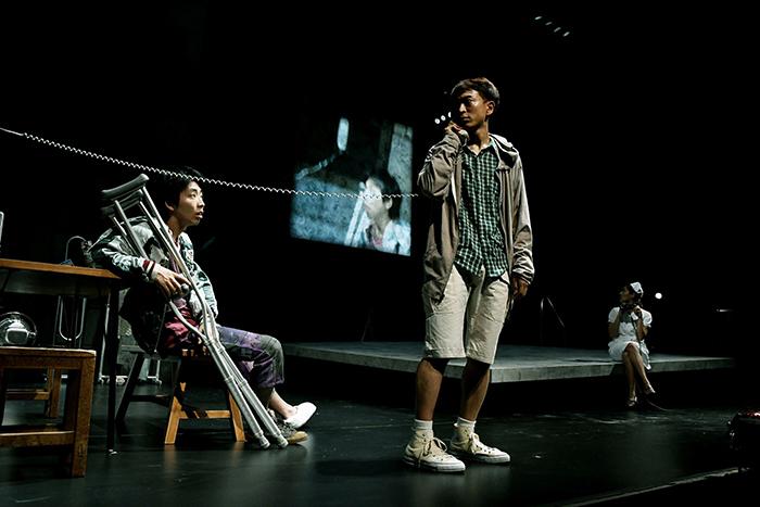 右奥:土井ケイト、手前  左から:柄本時生  篠山輝信 (世田谷パブリックシアター『チック』 撮影:細野 晋司)