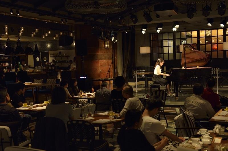 カフェに溶け込むピアノの音色 (撮影=荒川 潤)