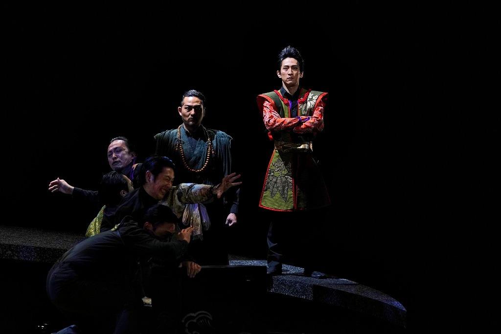 (中央左)星智也、(中央右)成河 撮影:細野晋司