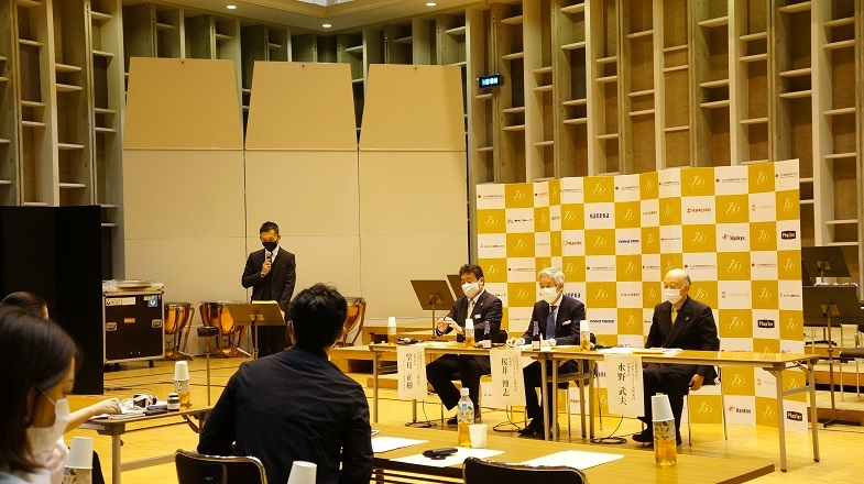 司会を務める小田弦也専務理事  写真提供:日本センチュリー交響楽団