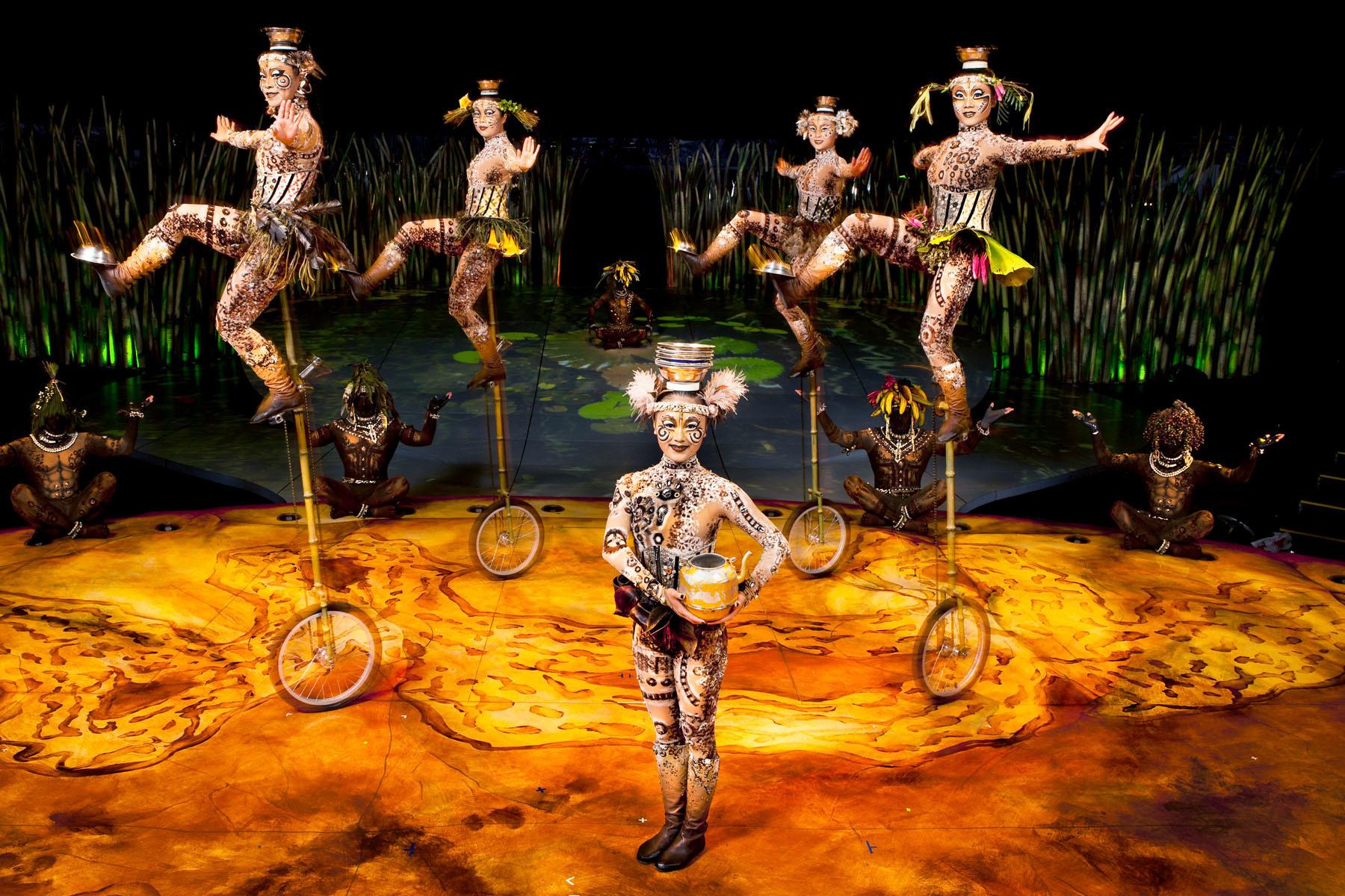 ユニサイクル・アンド・ボウル 1 UNICYCLES WITH BOWLS Photo: OSA Images Costumes: Kym Barrett © 2010 Cirque du Soleil