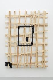 小山登美夫ギャラリーで、菅 木志雄展『測られた区体』 ものと人の思考のエネルギー、流動性を考える