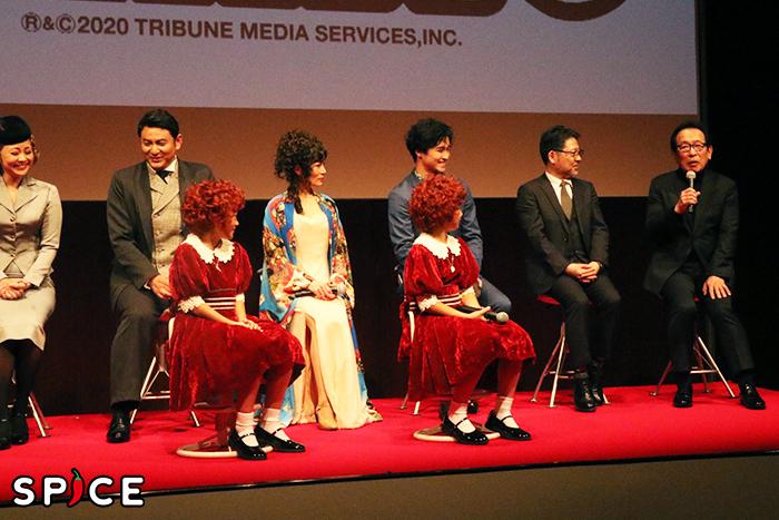 日本テレビ『アニー』の初代演出家・篠﨑光正(右端)