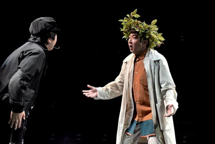 『オイディプス REXXX』のフォトコールの様子。右はクレオンを演じる宮崎吐夢