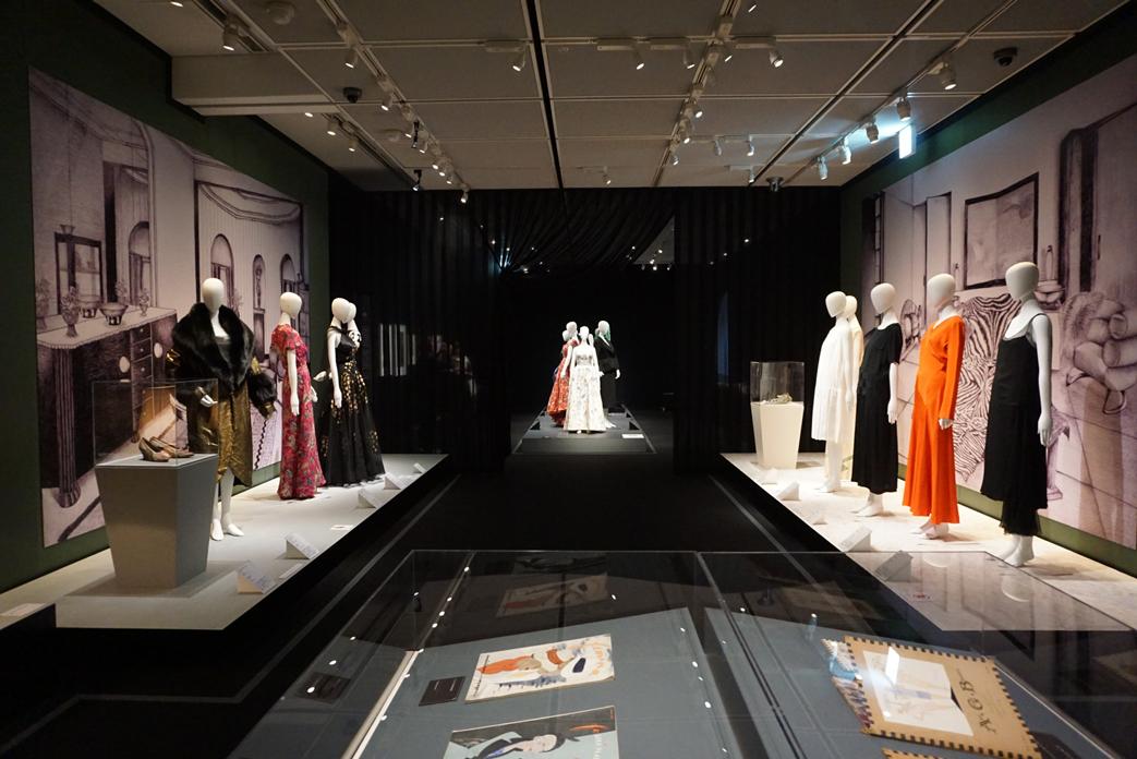 『モードとインテリアの20世紀展 ―ポワレからシャネル、サンローランまで―』会場の様子