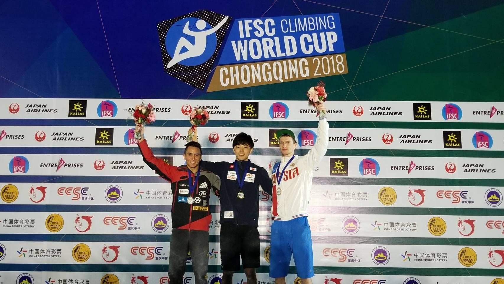中央は重慶大会のボルダリング男子で優勝を果たした藤井快(TEAM au) 提供:JMSCA