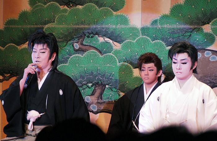 2015年11月海斗座長の襲名御披露目公演。左:浅井研二郎、中央:雷三、右:海斗 (photo by wakokato)