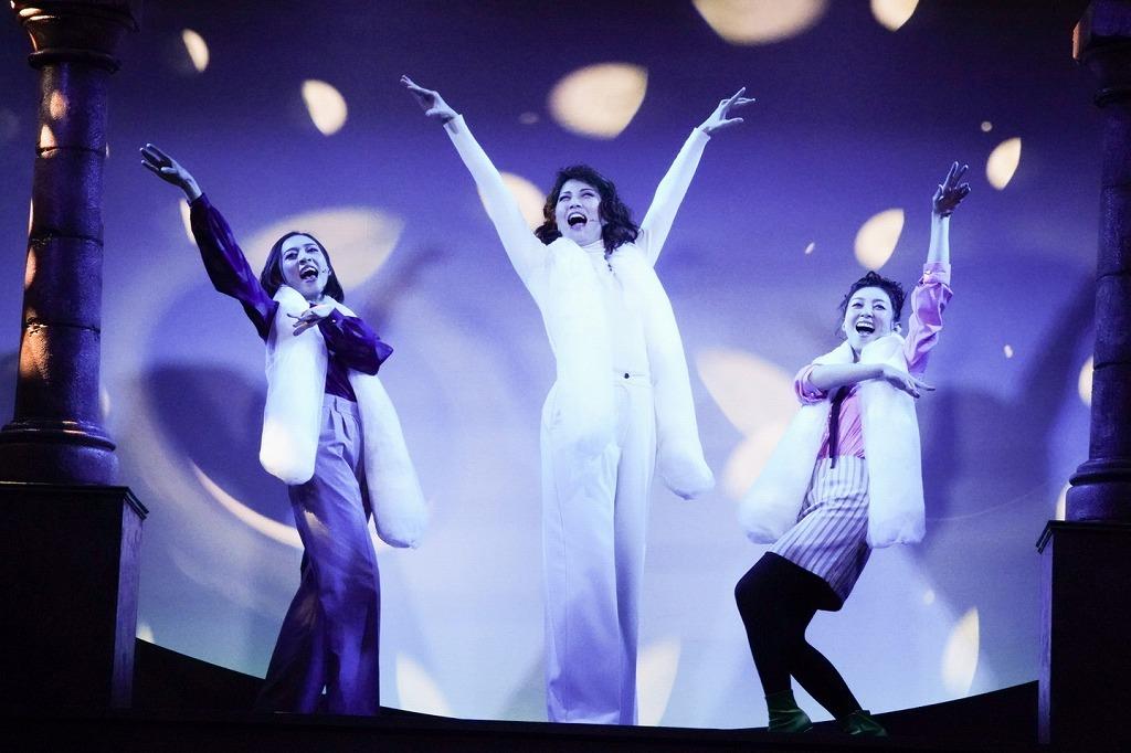 [earth](左から)愛加あゆ、壮一帆、彩乃かなみ 撮影:田中亜紀