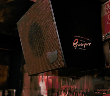 ゲームメーカーで有名なセガが、昔、ジューク・ボックスのリースを行っていた当時のスピーカーを使用。ジューク・ボックス本体も音は出るが、このセガの旧式のスピーカーは主に中域から高域の音を補っている。