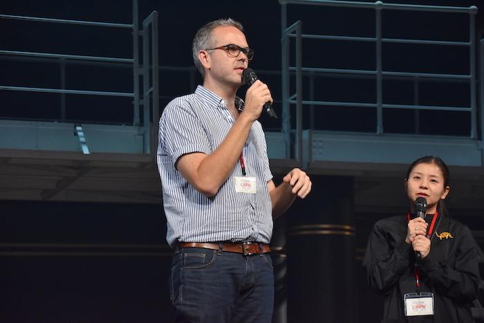 演出のトム・サザーランド(左)