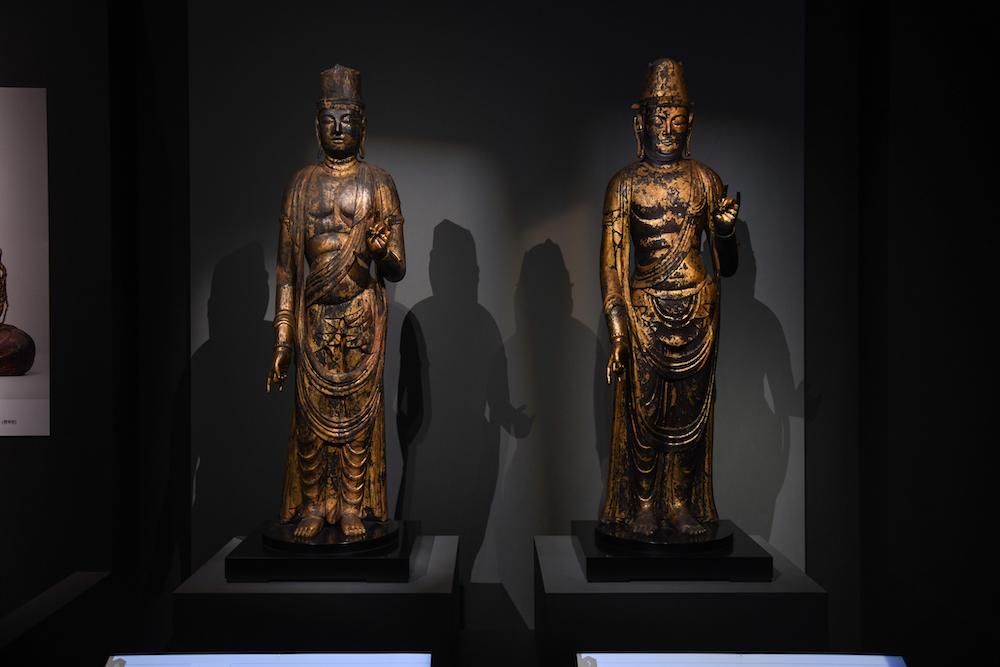 左:《月光菩薩立像》、右:《日光菩薩立像》どちらも平安時代・10〜11世紀 奈良・正暦寺蔵