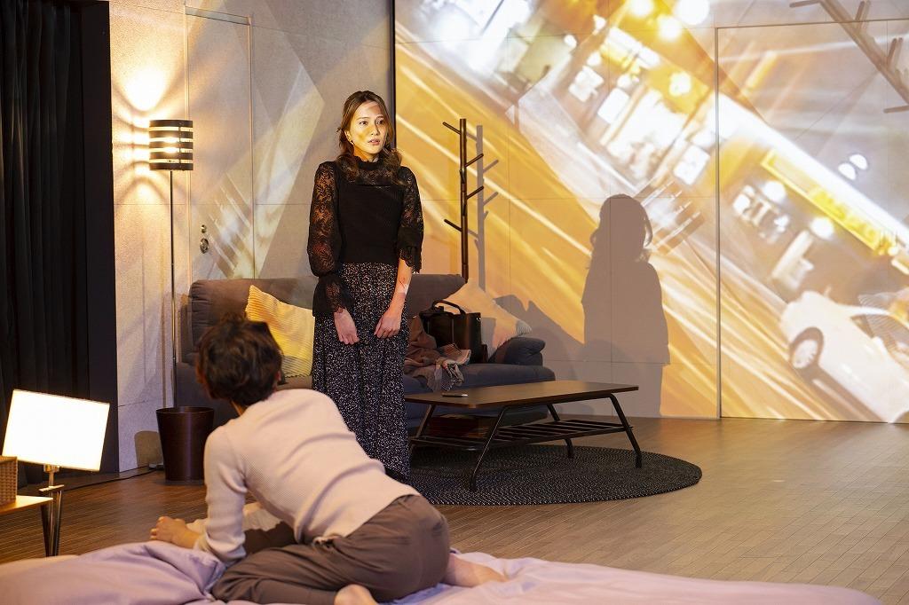 『魔女の夜』舞台写真 (左から)鈴木杏、入山杏奈