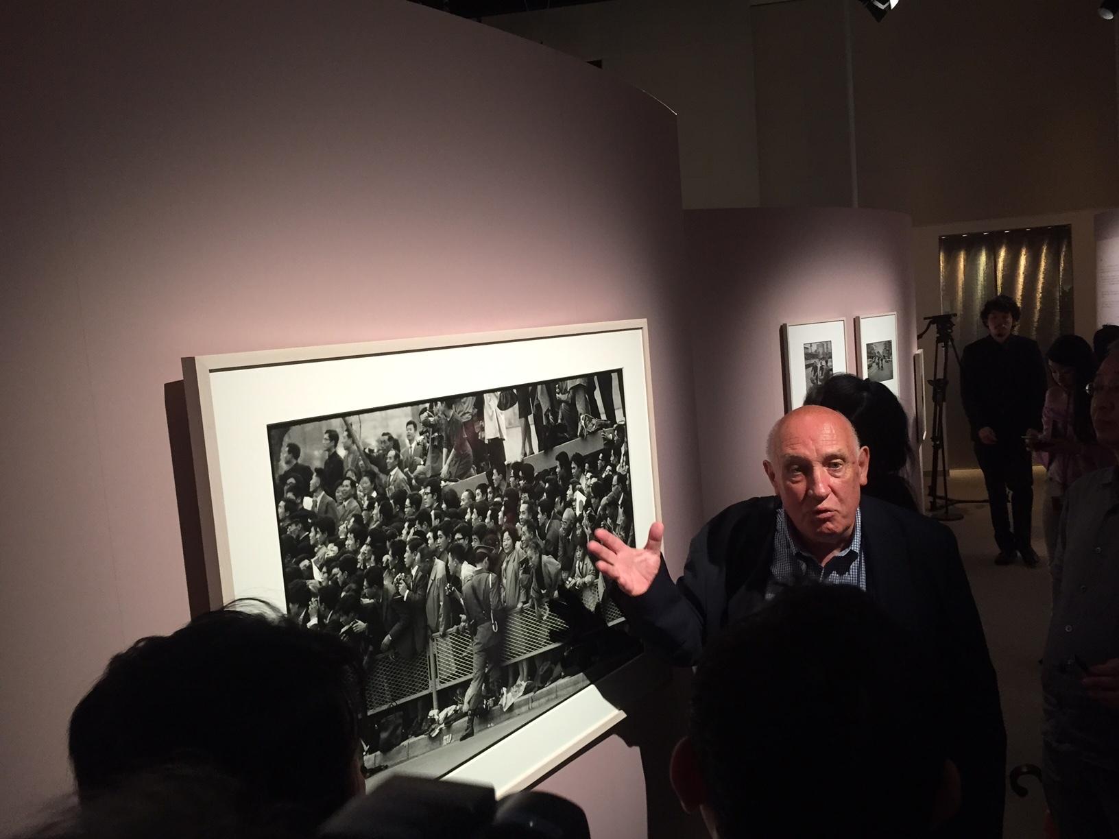 1964年に撮影された写真について語る、ドゥパルトン。「本作は競技写真ではないが、フレーム外の光景を映した一枚。いろんな国の選手を見たい、という日本の人々の好奇心が伝わってくる素晴らしい写真だ」と語った。
